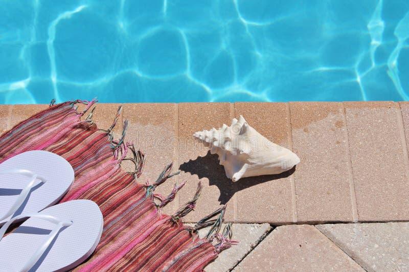 Shell van de Poolsidevakantie toneelhanddoekleren riemen stock foto