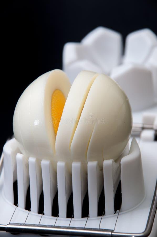 Shelled kokade ägget på en vit avbrytar- och svartbakgrund fotografering för bildbyråer