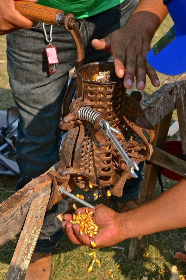 Sheller antigo do milho na ação foto de stock royalty free