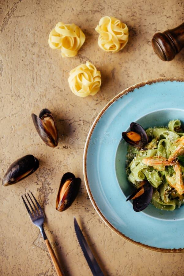 Shellfish Mussels w miedzianym pucharze z cytryną i ziele Shellfish owoce morza zdjęcie stock