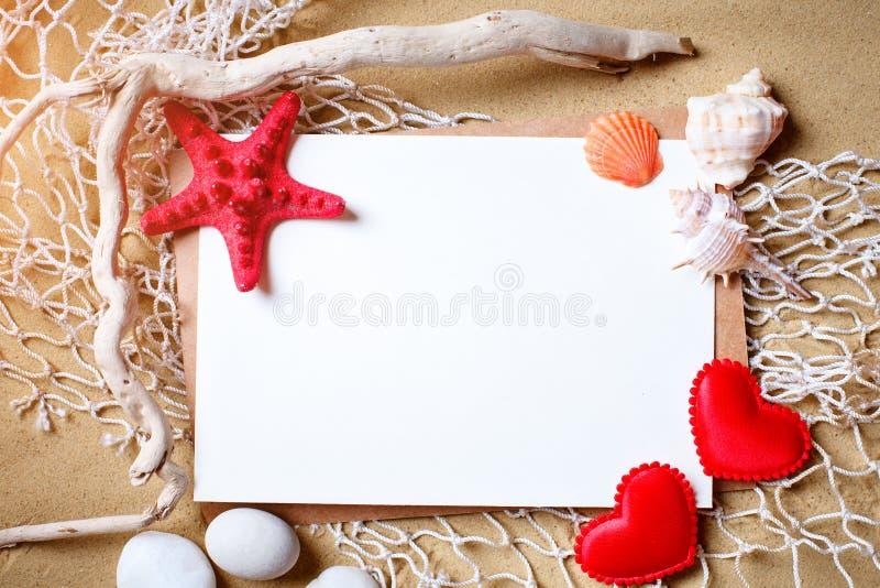 Shells op tropisch strand Rust op het strand Reis Achtergrond met exemplaarruimte royalty-vrije stock foto's