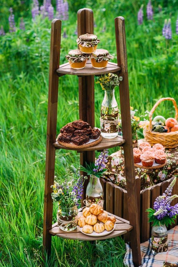 3 shelved деревянный шкаф заполненный с сладостными закусками стоковые изображения rf