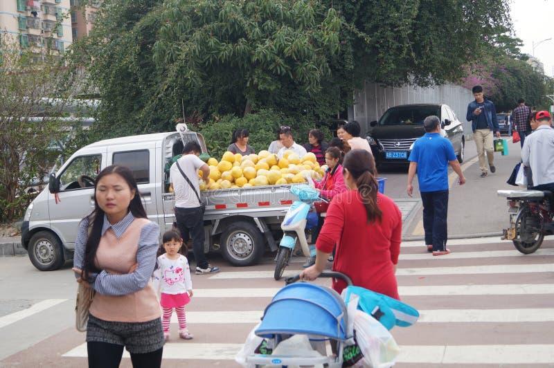 Shenzhen, Κίνα: οι στάβλοι ακρών του δρόμου πωλούν το γκρέιπφρουτ στοκ φωτογραφία με δικαίωμα ελεύθερης χρήσης
