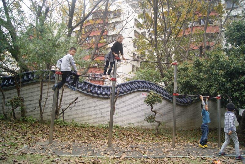 Shenzhen, Κίνα: παιδιά που παίζουν στο πάρκο στοκ εικόνες