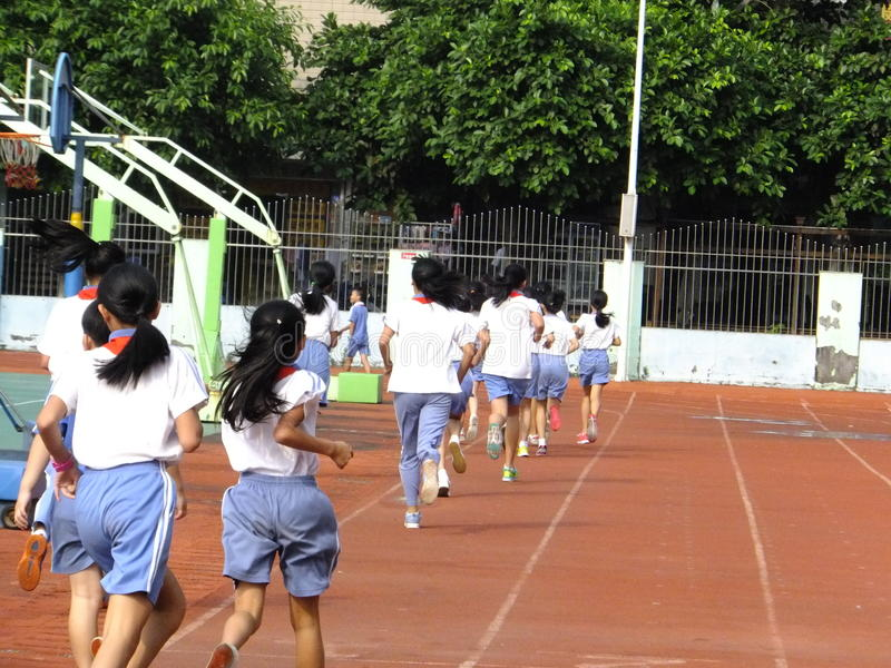 Shenzhen, Κίνα: σπουδαστές δημοτικών σχολείων στην κατηγορία φυσικής αγωγής στοκ εικόνα