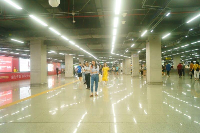 Shenzhen, Κίνα: τοπίο σταθμών μετρό ναών Che Kung των αρσενικών και θηλυκών επιβατών, στοκ φωτογραφίες με δικαίωμα ελεύθερης χρήσης