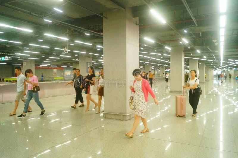 Shenzhen, Κίνα: τοπίο σταθμών μετρό ναών Che Kung των αρσενικών και θηλυκών επιβατών, στοκ φωτογραφία