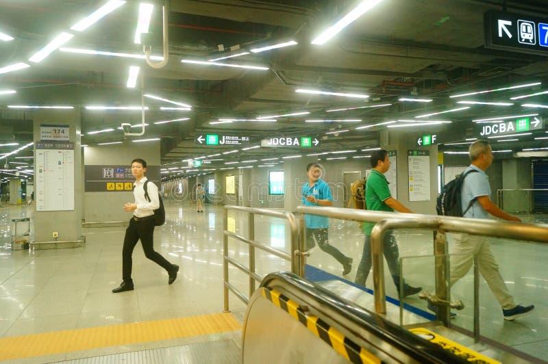 Shenzhen, Κίνα: τοπίο σταθμών μετρό ναών Che Kung των αρσενικών και θηλυκών επιβατών, στοκ φωτογραφία με δικαίωμα ελεύθερης χρήσης