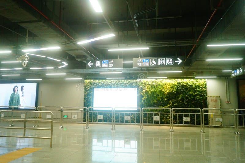 Shenzhen, Κίνα: τοπίο σταθμών μετρό ναών Che Kung των αρσενικών και θηλυκών επιβατών, στοκ εικόνες