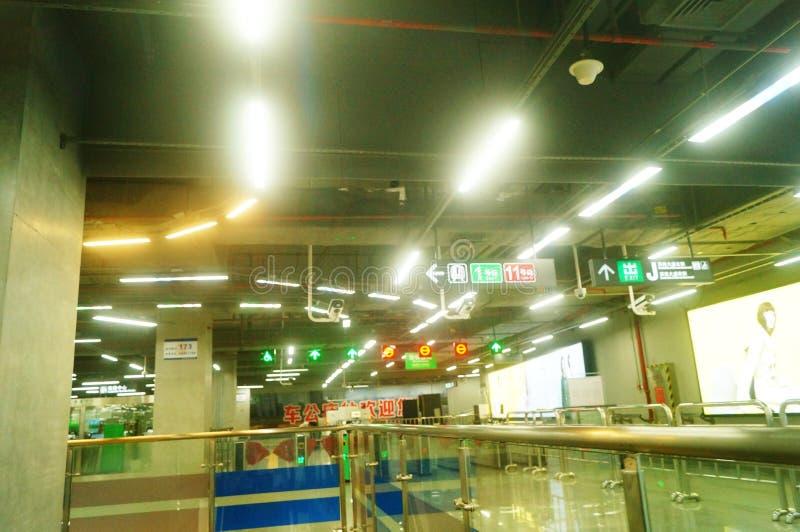 Shenzhen, Κίνα: τοπίο σταθμών μετρό ναών Che Kung των αρσενικών και θηλυκών επιβατών, στοκ εικόνα