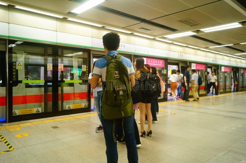 Shenzhen, Κίνα: τοπίο σταθμών μετρό ναών Che Kung των αρσενικών και θηλυκών επιβατών, στοκ φωτογραφίες