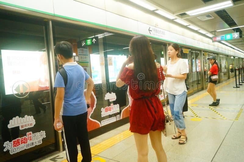 Shenzhen, Κίνα: τοπίο σταθμών μετρό ναών Che Kung των αρσενικών και θηλυκών επιβατών, στοκ εικόνα με δικαίωμα ελεύθερης χρήσης