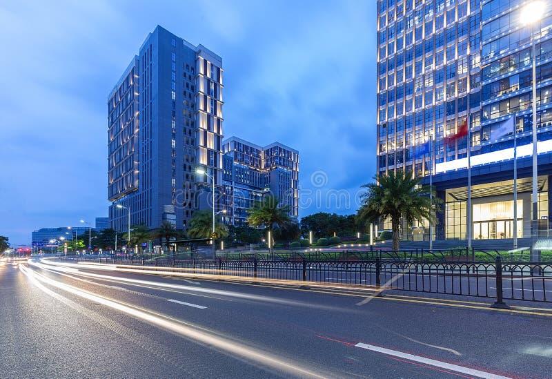 Shenzhen, Bürogebäudestraßenansicht des Porzellans moderne in der Dämmerung lizenzfreie stockfotografie