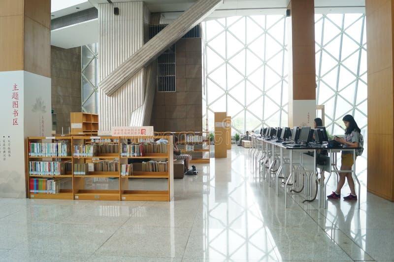 Shenzhen biblioteka, czytelnicy w czytaniu obraz stock