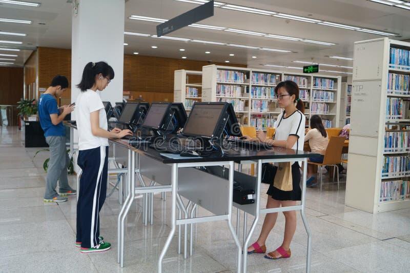 Shenzhen biblioteka, czytelnicy w czytaniu fotografia royalty free