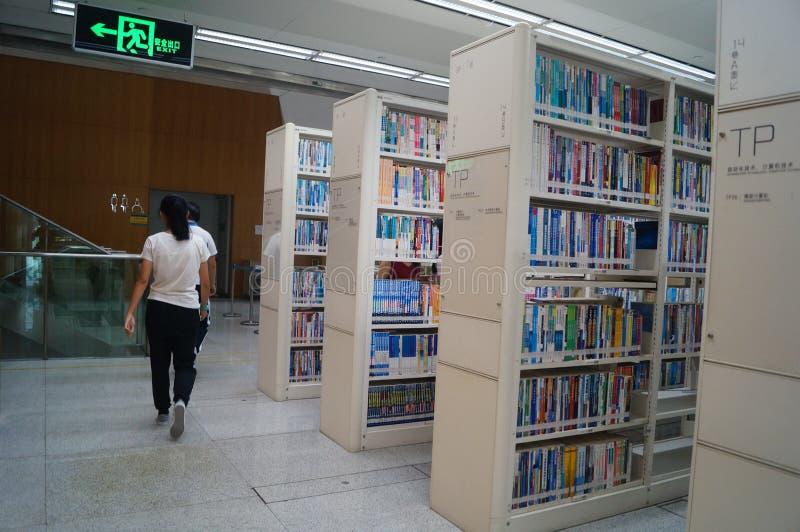Shenzhen biblioteka, czytelnicy w czytaniu obraz royalty free
