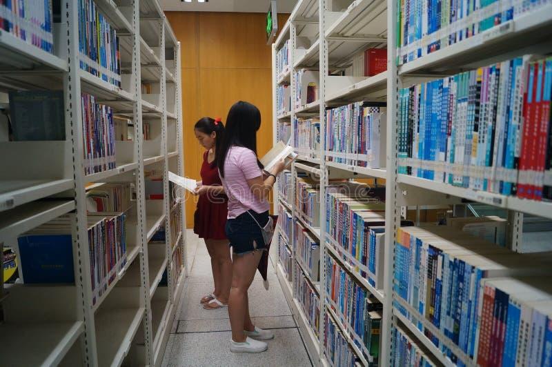 Shenzhen biblioteka, czytelnicy w czytaniu obrazy stock