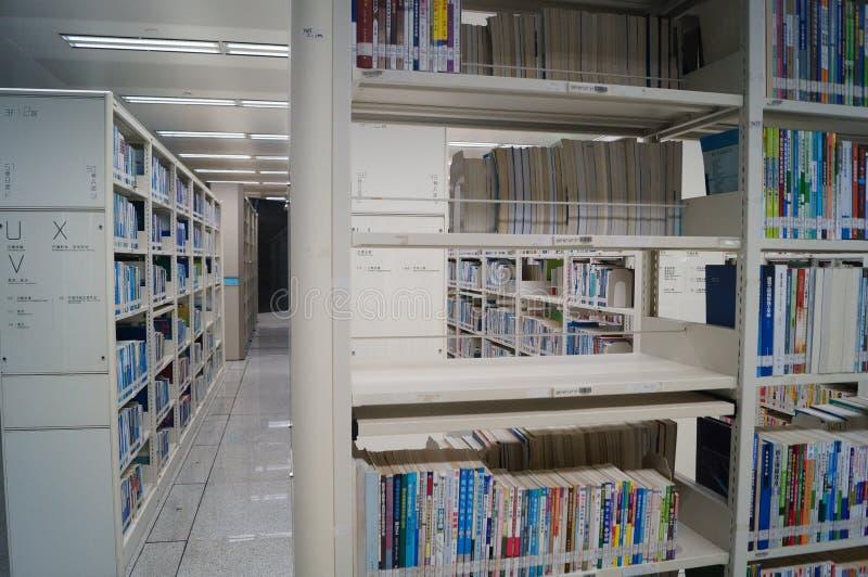 Shenzhen biblioteka, czytelnicy w czytaniu zdjęcie royalty free