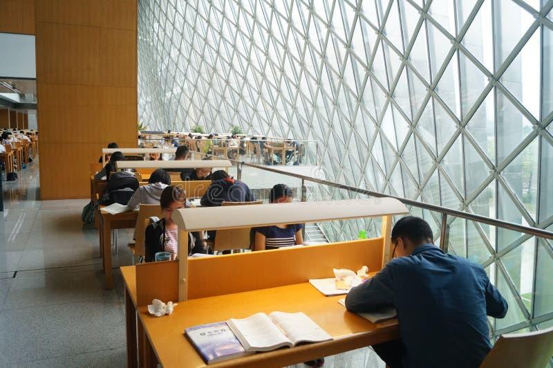 Shenzhen biblioteka, czytelnicy w czytaniu zdjęcia royalty free