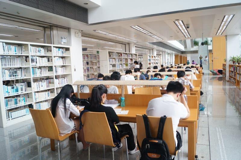 Shenzhen biblioteka, czytelnicy w czytaniu obrazy royalty free