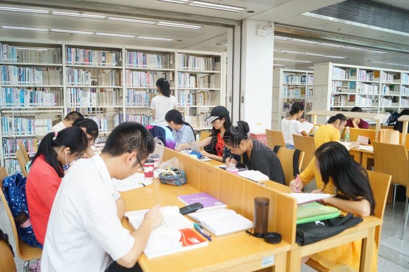 Shenzhen biblioteka, czytelnicy w czytaniu zdjęcie stock