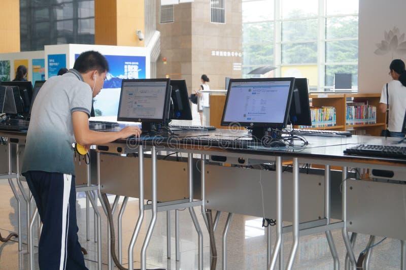 Shenzhen biblioteka, czytelnicy w czytaniu zdjęcia stock
