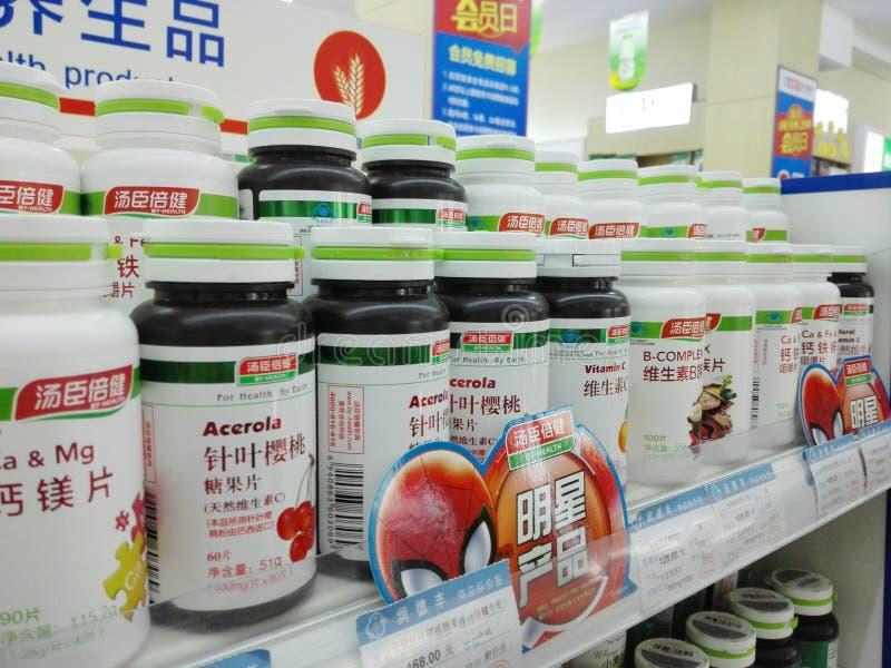 Shenzhen, China: Apotheek binnenlandschap, vertoning van drugs royalty-vrije stock afbeeldingen