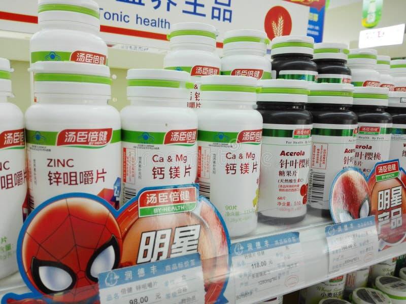 Shenzhen, China: Apotheek binnenlandschap, vertoning van drugs royalty-vrije stock foto's