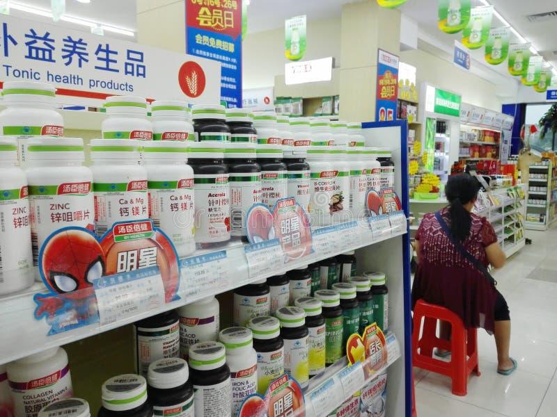 Shenzhen, China: Apotheek binnenlandschap, vertoning van drugs royalty-vrije stock afbeelding