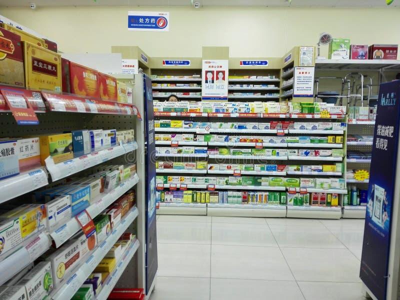 Shenzhen, China: Apotheek binnenlandschap, vertoning van drugs stock fotografie
