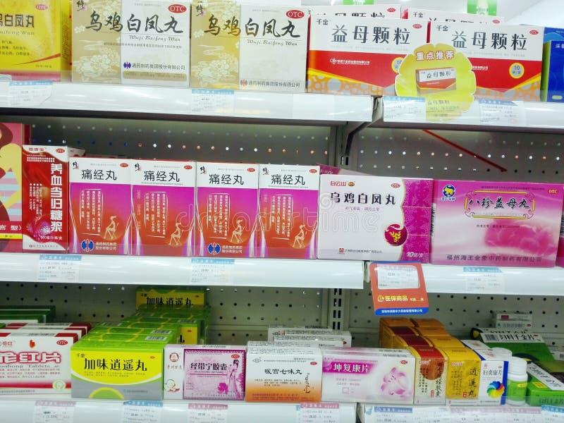 Shenzhen, China: Apotheek binnenlandschap, vertoning van drugs stock foto