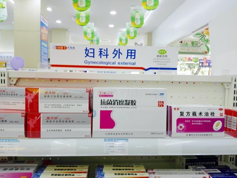 Shenzhen, China: Apotheek binnenlandschap, vertoning van drugs stock afbeeldingen