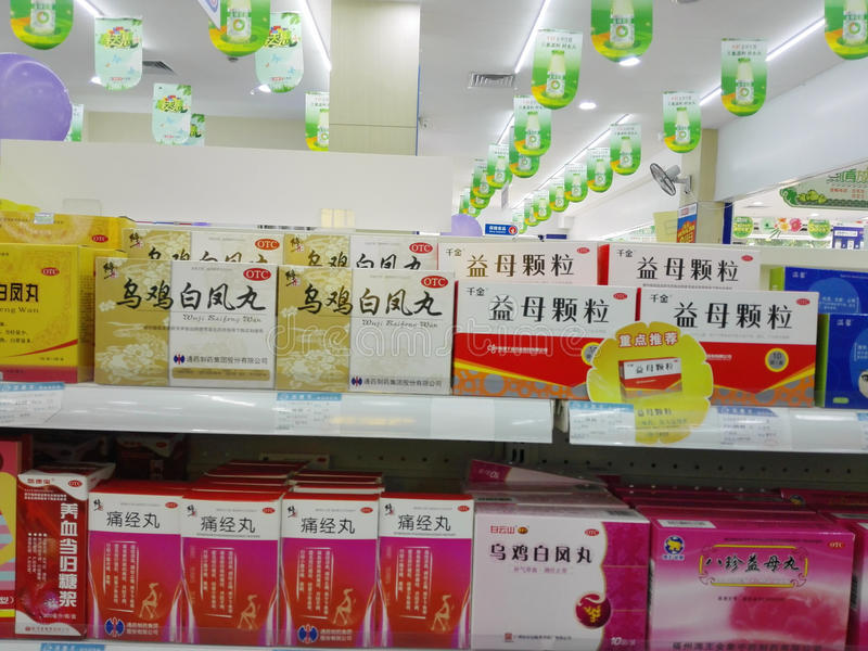 Shenzhen, China: Apotheek binnenlandschap, vertoning van drugs stock foto's