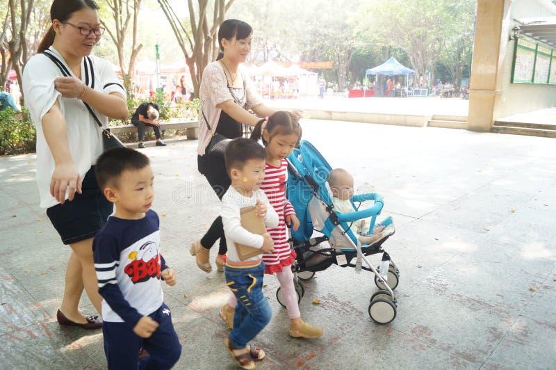 Shenzhen, China: as crianças estão jogando no parque foto de stock royalty free