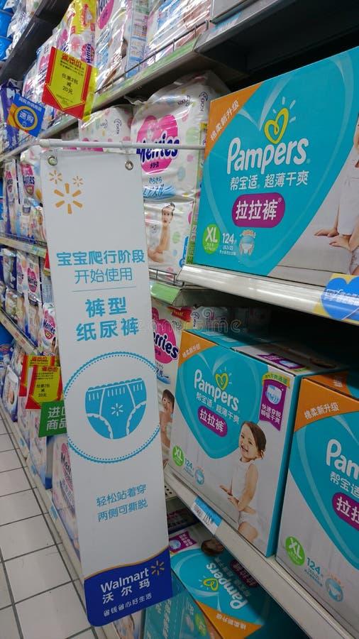 Shenzhen, China: Babyluiers op verkoop in Wal-Mart Supermarket stock fotografie