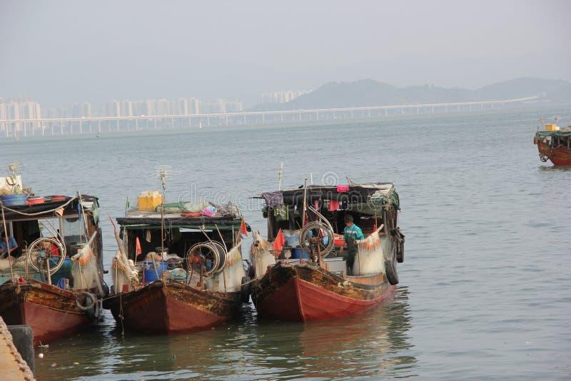 Shenzhen, China, barco de pesca atracado en puerto del shekou fotografía de archivo
