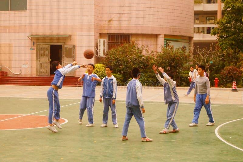 Shenzhen, China: basquetebol do jogo dos alunos no campo de básquete imagens de stock royalty free