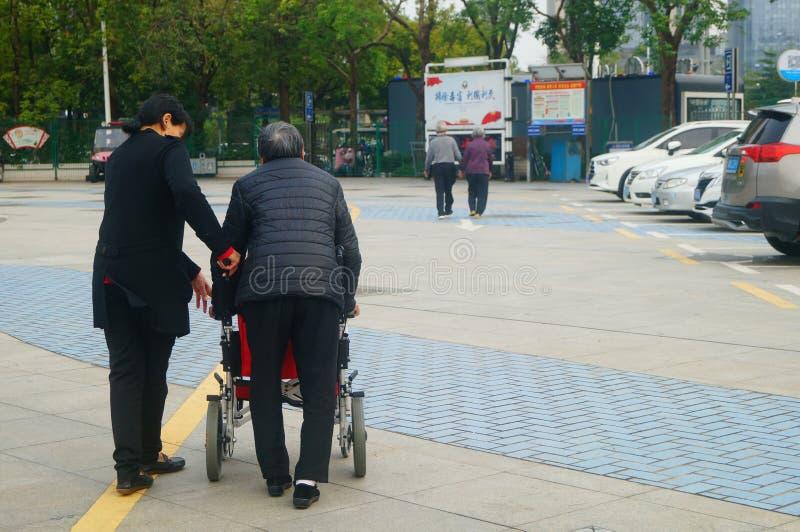 Shenzhen, China: bejaarden in rolstoelen praktijk het lopen royalty-vrije stock foto's