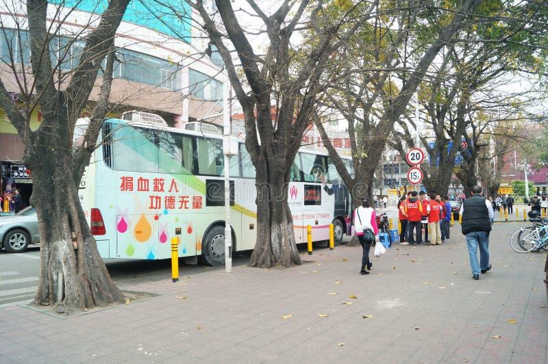 Shenzhen, China: Carro da doação de sangue da rua imagens de stock