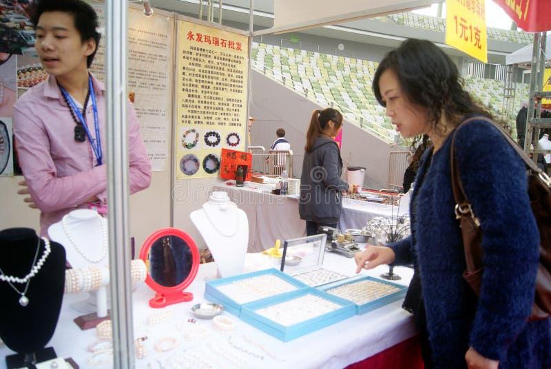 Shenzhen, China: compre el collar de la perla imágenes de archivo libres de regalías