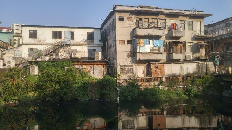 Shenzhen, China: construções velhas, ao lado do rio de Xixiang fotos de stock royalty free
