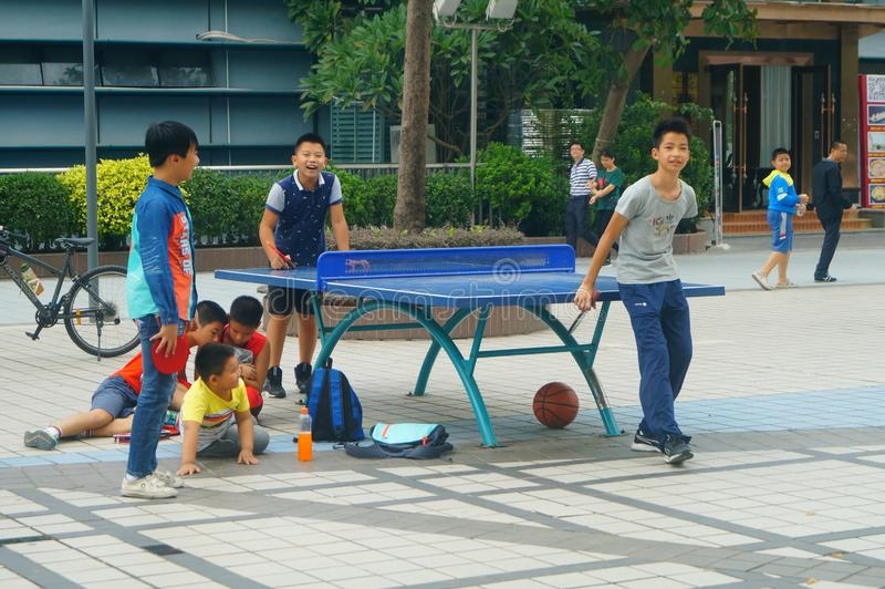 Shenzhen, China: Crianças que jogam a aptidão do tênis de mesa imagens de stock