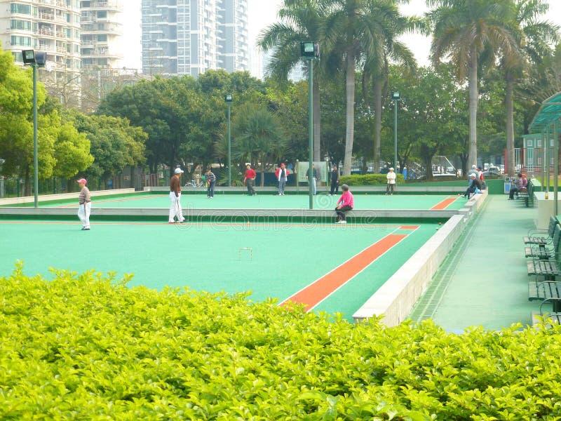 Shenzhen, China: de bejaarden in het spelen van croquet oefenen uit stock foto's