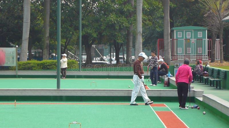 Shenzhen, China: de bejaarden in het spelen van croquet oefenen uit royalty-vrije stock foto
