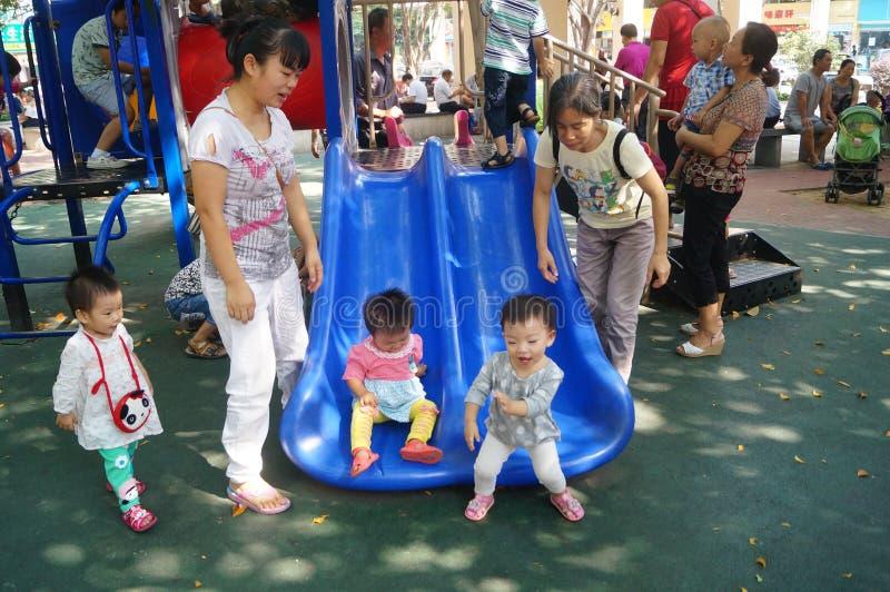 Shenzhen, China: de kinderen spelen in het park royalty-vrije stock afbeelding