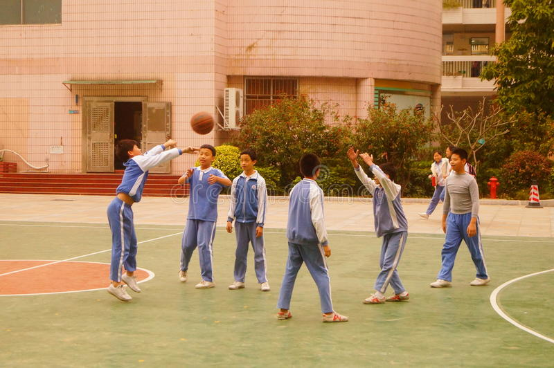 Shenzhen, China: de leerlingen spelen basketbal op het basketbalhof royalty-vrije stock afbeeldingen