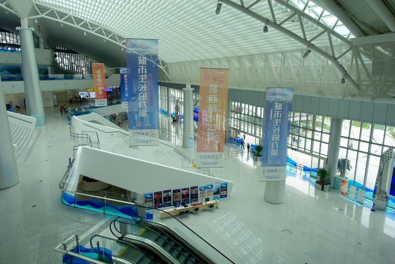 SHENZHEN, CHINA 11 DE MAYO DE 2017: Arquitectura asombrosa del edificio dentro del transbordador terminal de la ciudad de Shenzhe imágenes de archivo libres de regalías