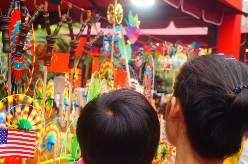 Shenzhen, China: De met de hand gemaakte poppen en het speelgoed worden gehouden van door kinderen bij het winkelen festivallen royalty-vrije stock afbeelding