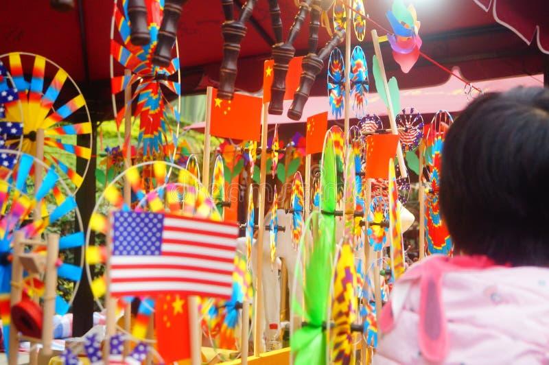 Shenzhen, China: De met de hand gemaakte poppen en het speelgoed worden gehouden van door kinderen bij het winkelen festivallen royalty-vrije stock foto's