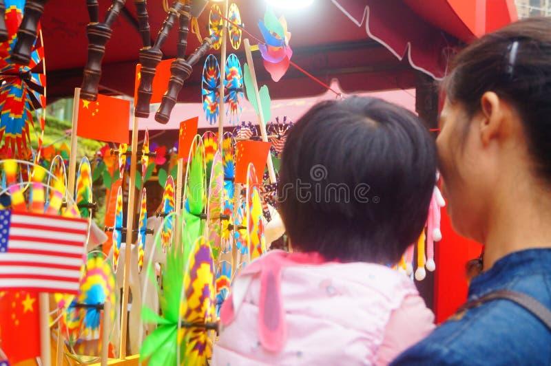Shenzhen, China: De met de hand gemaakte poppen en het speelgoed worden gehouden van door kinderen bij het winkelen festivallen royalty-vrije stock foto
